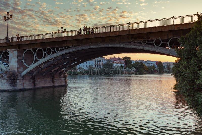 Brücke, die von der alten Stadt zu den historischen Triana-Bezirk auf dem Guadalquivir-Fluss in Sevilla, Spanien führt lizenzfreie stockfotos