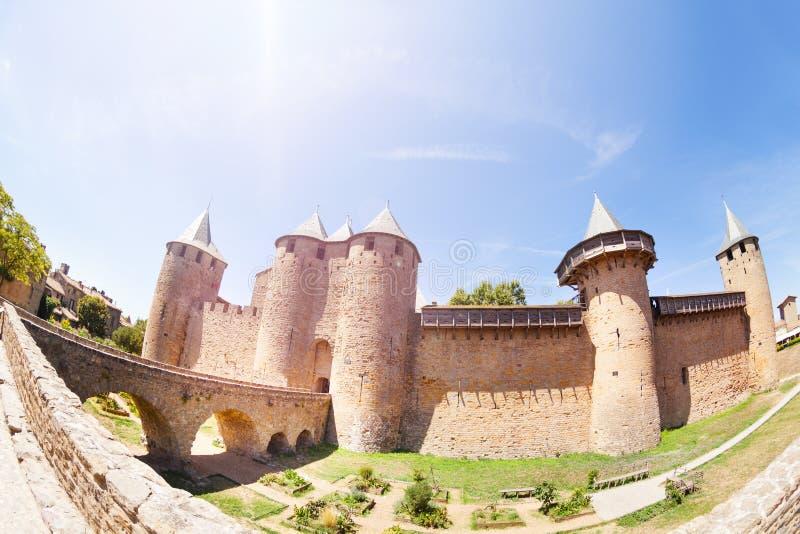 Brücke, die zu Chateau Comtal in Carcassonne führt stockbilder