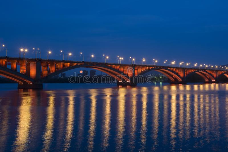 Brücke durch Yenisei stockbilder