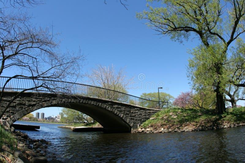 Brücke in einem Park stockfoto