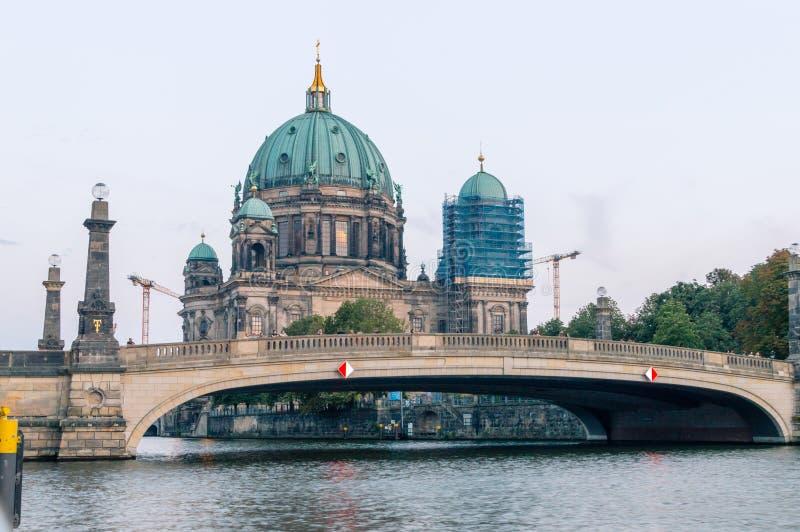 Brücke Friedrichs Brucke und evangelische Oberste Gemeinde-und Collegekirche bei Sonnenuntergang stockbild