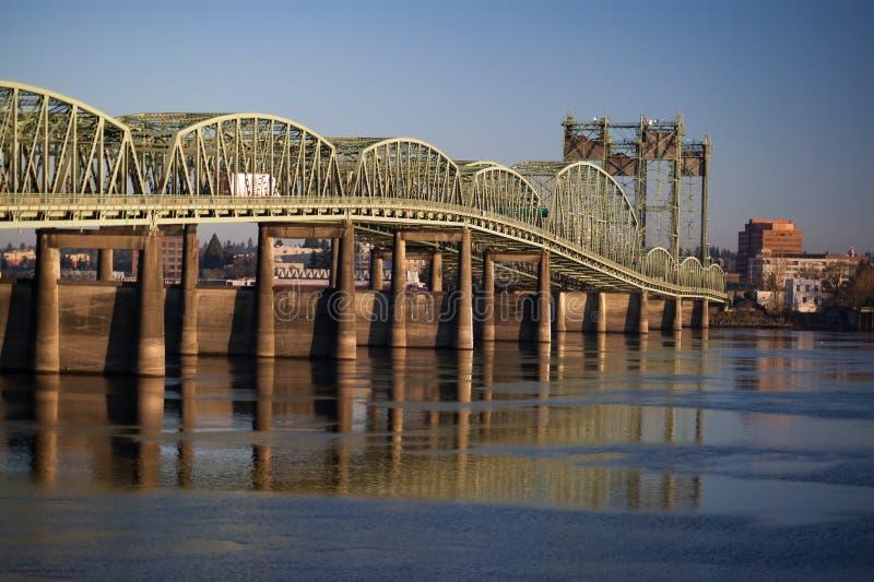 Brücke I5, die im Columbia River relecting ist lizenzfreie stockfotos