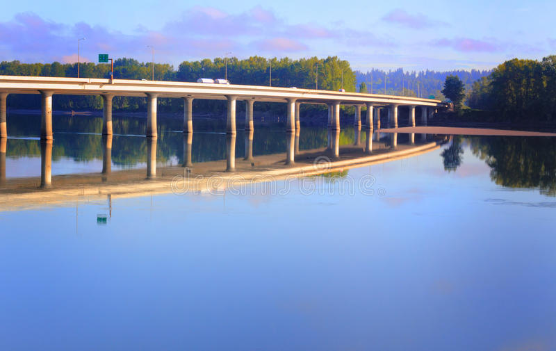 Brücke I-205 und Reflexion lizenzfreies stockfoto