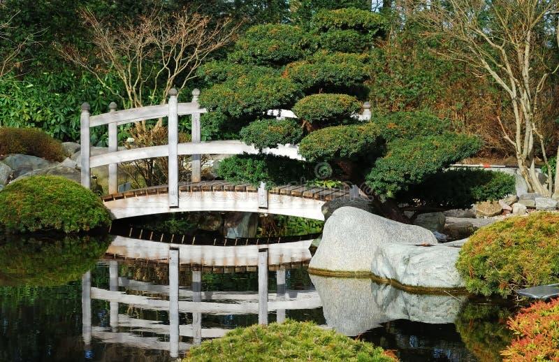 Brücke im japanischen Garten stockbilder