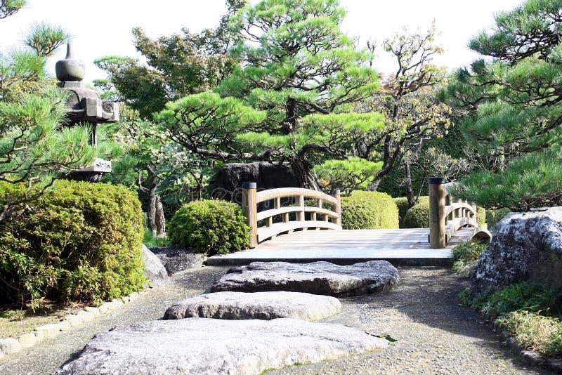 Brücke im japanischen Park stockfotos