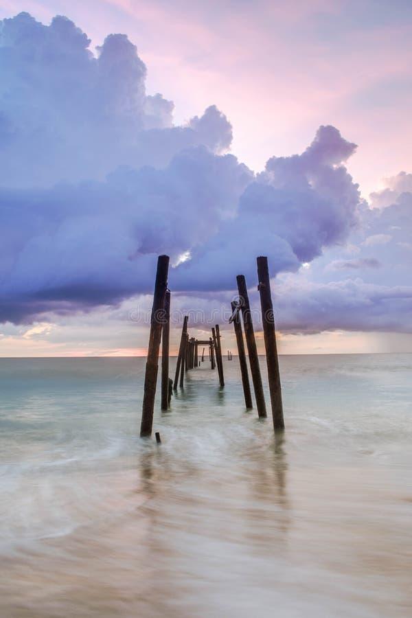 Brücke im kaopilay Strand bei Sonnenuntergang lizenzfreie stockbilder