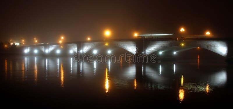 Brücke im Nebel stockbild