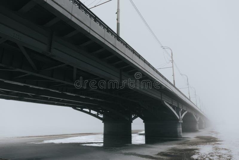 Brücke im Nebel, mysteriöse Stimmung lizenzfreies stockfoto