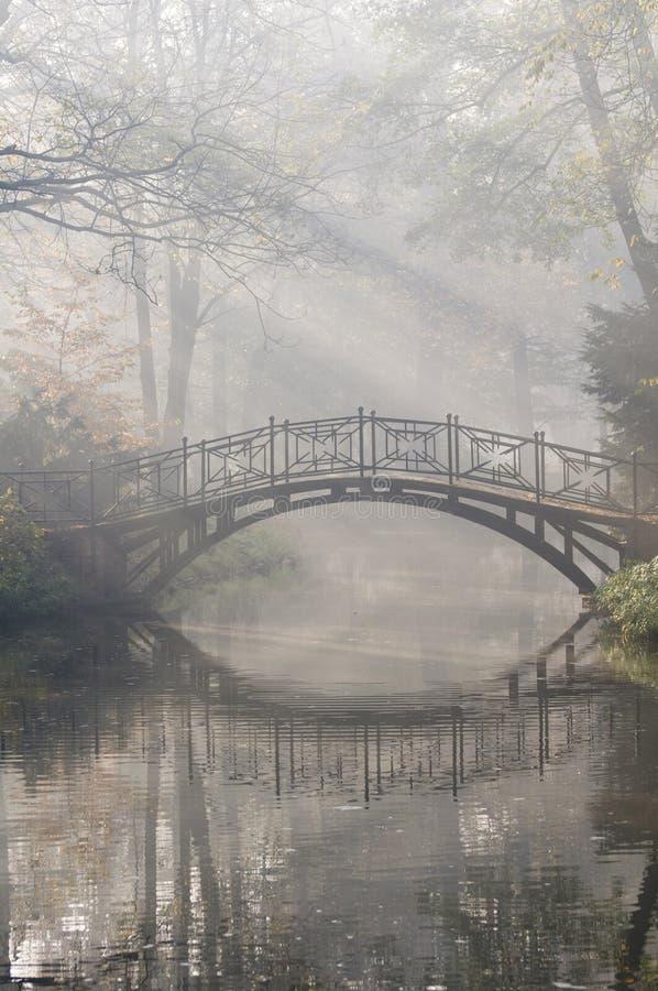 Brücke im nebelhaften Morgen stockbild