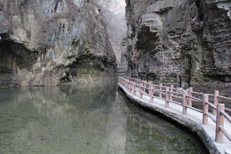 Brücke im Tal stockbilder