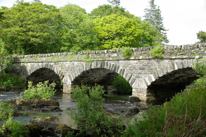 Brücke in Irland stockfotos