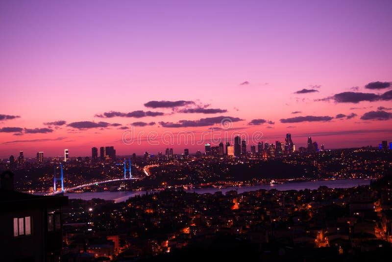 Brücke Istanbuls Bosporus auf Sonnenuntergang lizenzfreies stockfoto
