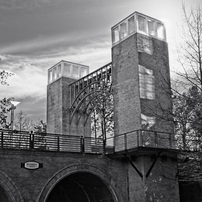 Brücke mit Türmen mit Himmel in B&W lizenzfreie stockbilder