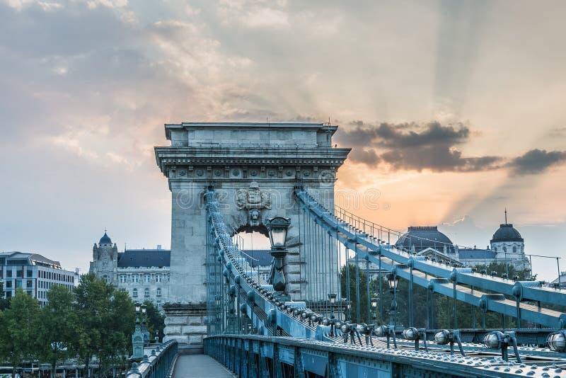 Brücke morgens auf dem Fluss Donau lizenzfreie stockfotos