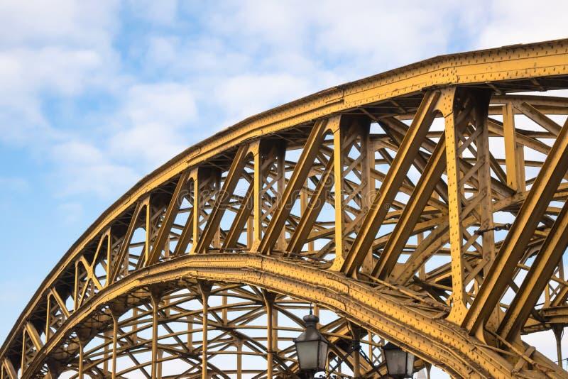 Brücke Most Zwierzyniecka mit gelber Metallstruktur in Breslau, Polen lizenzfreie stockfotos