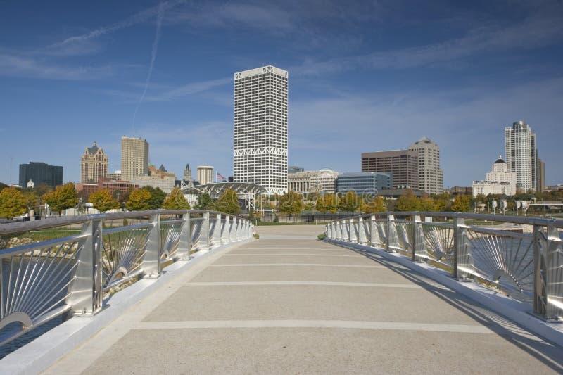 Brücke nach im Stadtzentrum gelegenen Milwaukee stockfoto