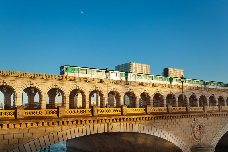Brücke pont de Bercy in Paris mit Metro auf ihr lizenzfreies stockbild