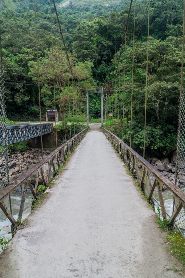 Brücke Puente Ruinas über Urubamba-Fluss nahe Ruinen Machu Picchu, PET stockbild