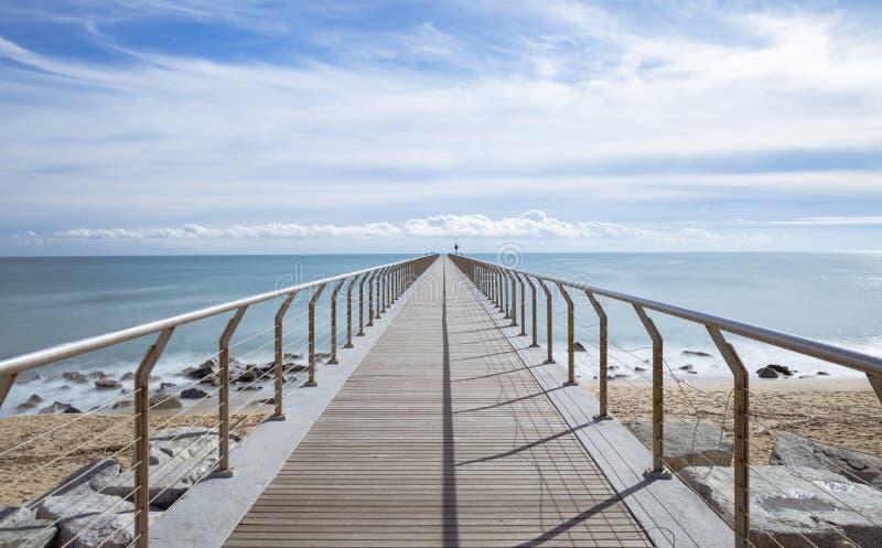 Brücke in Richtung zum Horizont stockfotos