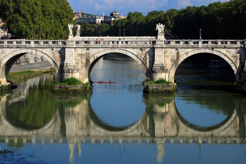Brücke in Rom stockbilder