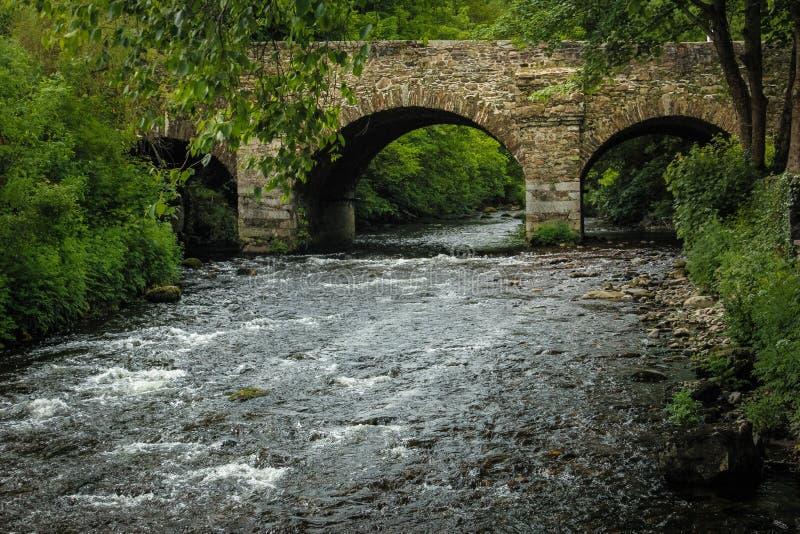 Brücke Sitzung des Wassers Avoca Wicklow irland stockbilder