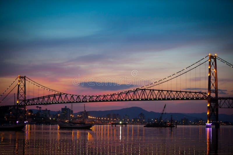 Brücke am Sonnenuntergang stockfoto