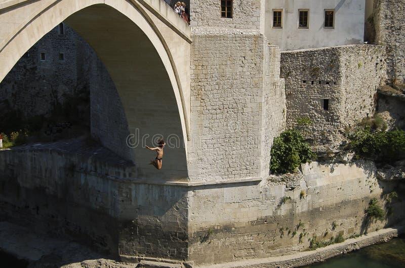 Brücke springendes - Mostar - Bosnien Herzegovina stockfotos