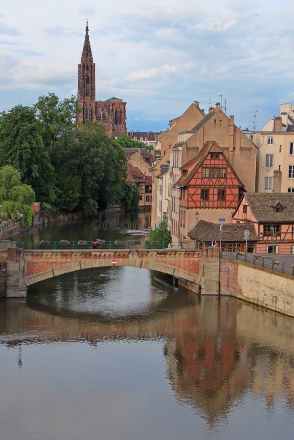 Brücke Straßburgs Frankreich und die Kathedrale stockbild