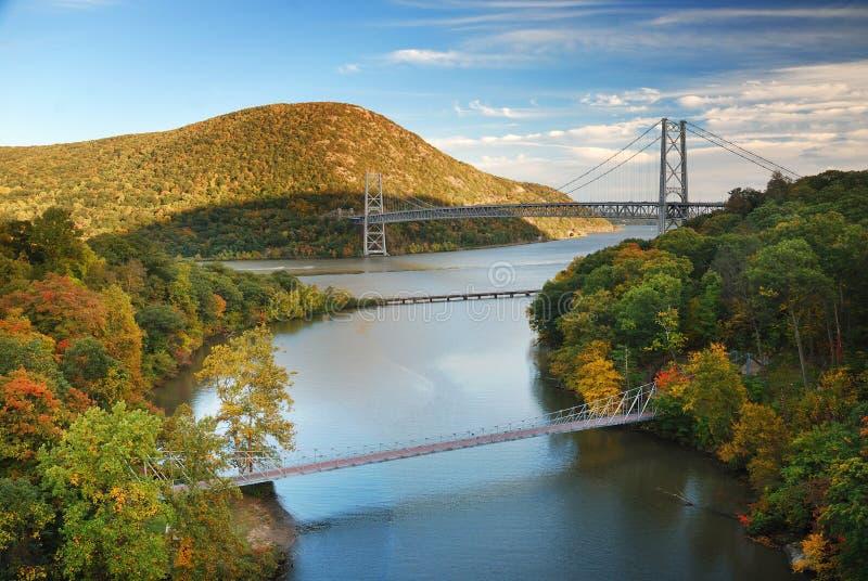 Brücke und Berg lizenzfreie stockfotos