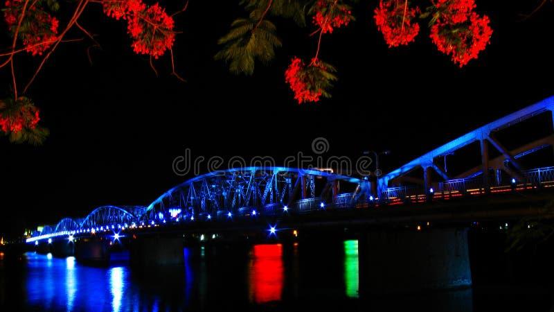 Brücke und Blume lizenzfreies stockfoto