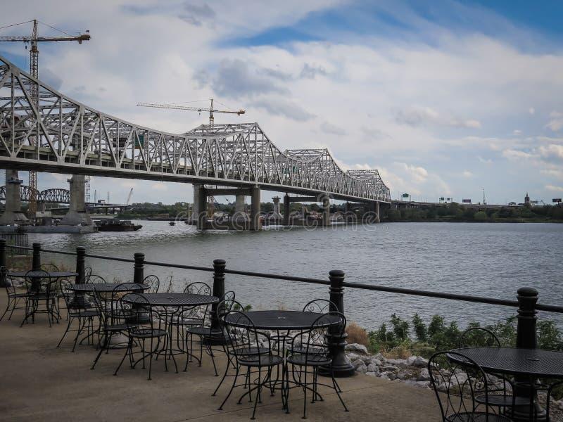 Brücke und Café Louisville Kentucky stockfoto