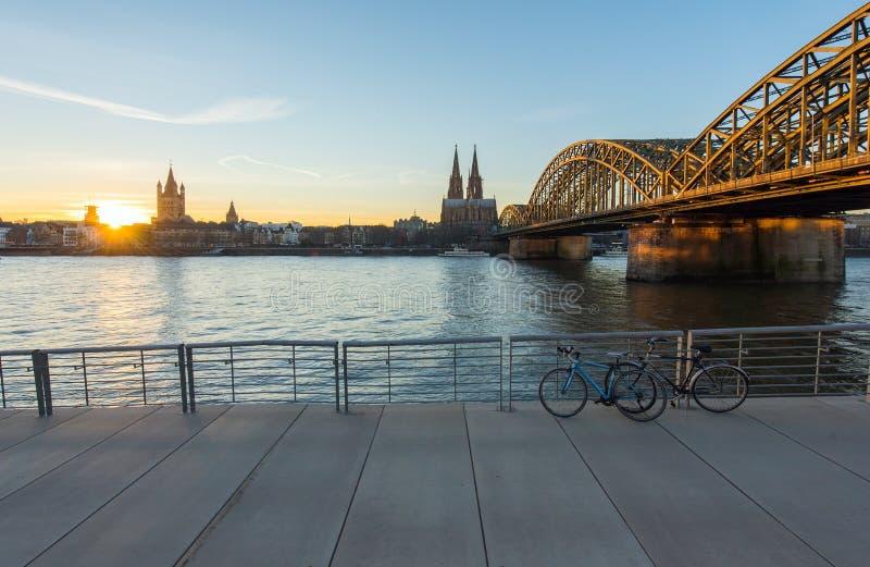 Brücke und die Dom von Köln stockfotos