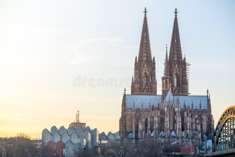 Brücke und die Dom von Köln stockfotografie