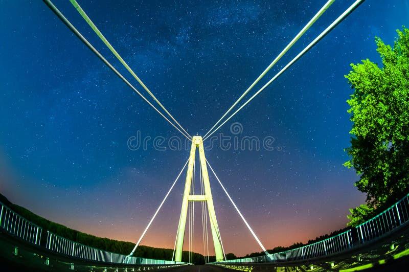 Brücke und die Milchstraße stockfotos