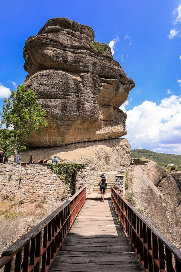 Brücke und Felsen am Kloster von Varlaam des östlichen orthodoxen Klosterkomplexes Meteora in Kalabaka, Trikala stockbild