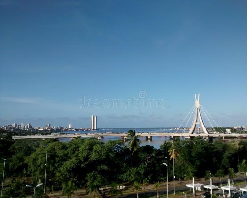 Brücke und Himmel stockfoto