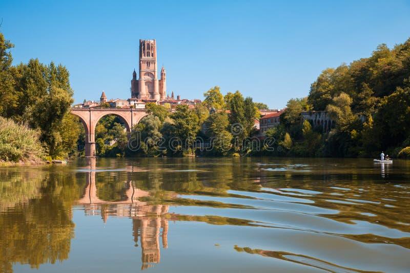 Brücke und Kathedrale in Albi und in seiner Reflexion lizenzfreie stockbilder