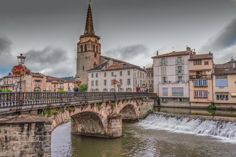 Brücke und Kirche im Dorf des Heiligen Girons frankreich stockbild