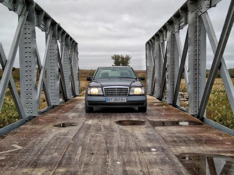 Brücke und MERCEDES-BENZ stockbild