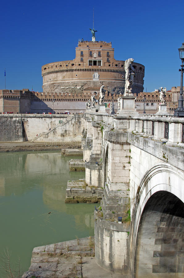 Brücke und Schloss des Heiligen Angelo stockbild