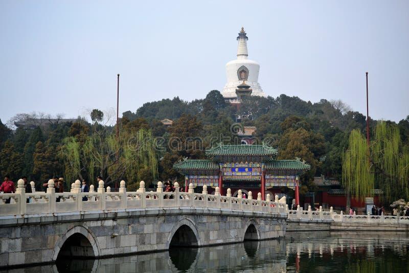 Brücke und See in Peking Peking, CHINA stockfotografie