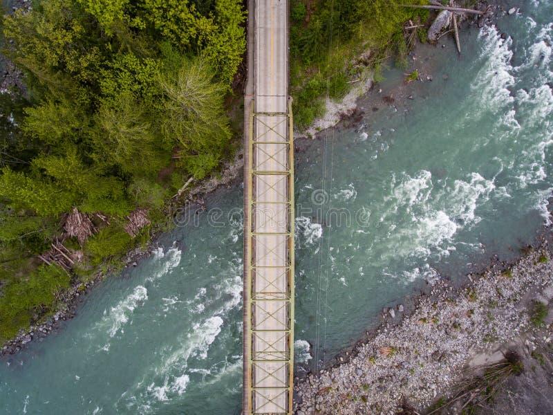 Brücke und Skykomish-Fluss stockfotografie
