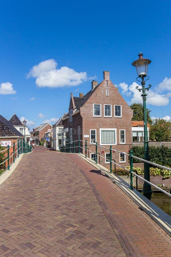 Brücke und zentrale Straße in Winsum stockfotos
