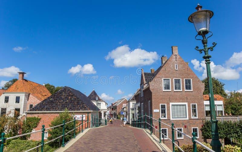 Brücke und zentrale Straße in Winsum stockbilder