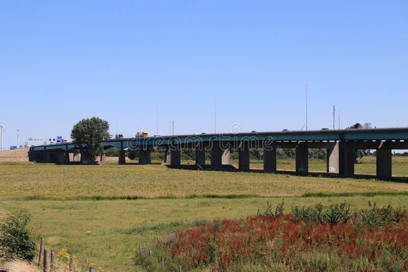 Brücke unter Autobahn A27 bei Houten in den Niederlanden über Fluss Lek lizenzfreie stockfotografie