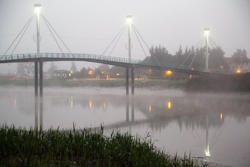 Brücke unter Nebel lizenzfreie stockfotografie