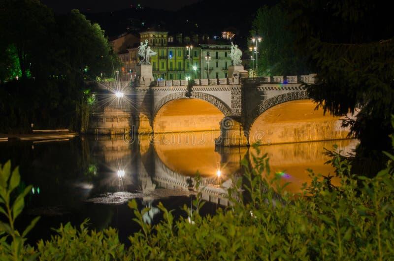 Brücke von Umberto I Turin, Italien bis zum Nacht stockfotos