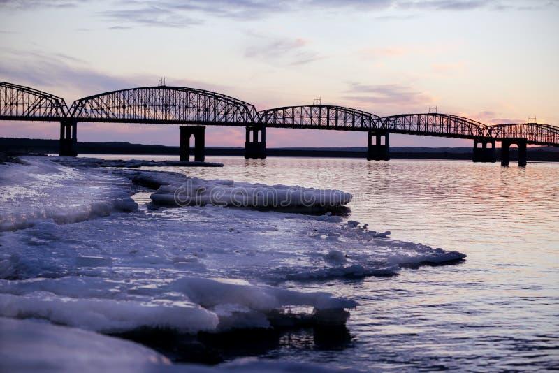 Brücke vor einem Wintersonnenuntergang lizenzfreie stockfotos