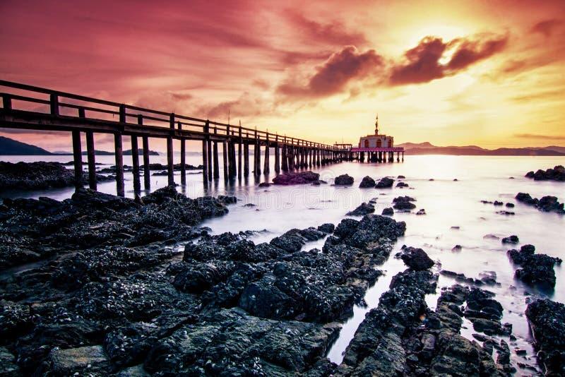 Brücke zum Meer lizenzfreie stockbilder