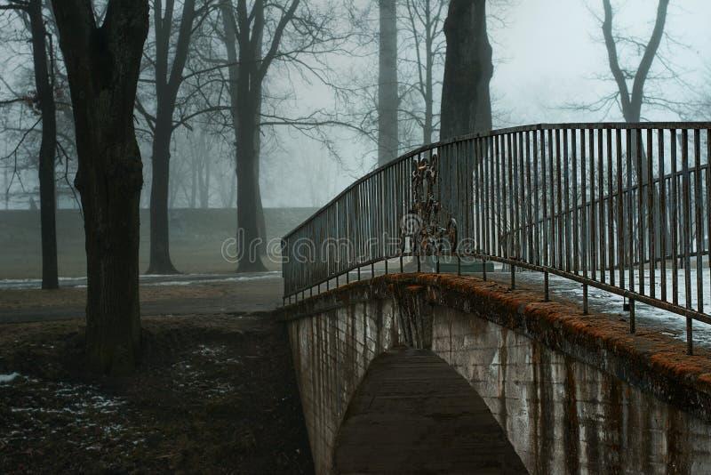 Brücke zum Park stockbilder